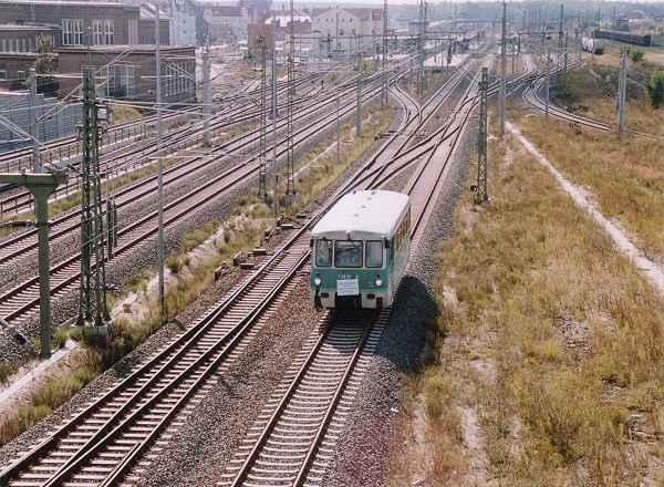 Aus dem Bitterfelder Bahnhof fährt gerade die Fuhre in Richtung Stumsdorf.