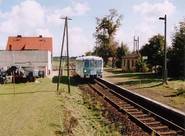 Einen kleinen Fotohalt legt der Triebwagen im Haltepunkt Heideloh ein.