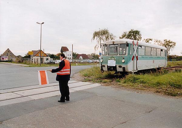 Am Großzöberitzer Bahnübergang sperrte noch einmal der Zugbegleiter den Gleisbereich ab.