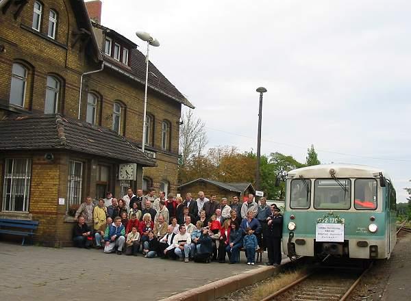 Ein großes Gruppenfoto entstand am Nachmittag des 28.09.02 in Sandersdorf.<br>Viele Lok- und Zugführer reisten nochmals mit der Saftbahn mit.