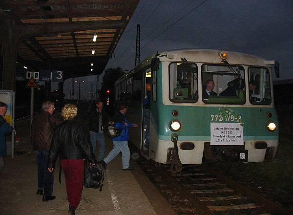 Zum letzten mal geht es am 22.09.02 nach Bitterfeld. Der 772 179 wird gleich als RB 37492 nach Bitterfeld abfahren.<br>Zuvor steigen aber die angereisten Gäste und etliche Anwohner in ihren Zug ein.