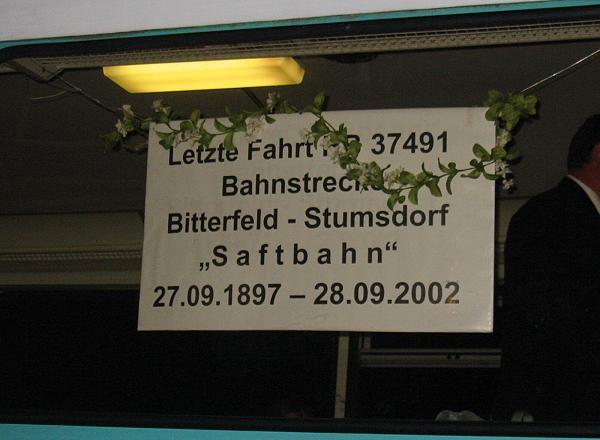 Für die letzte Fahrt wurde auch ein extra Lokschild angefertigt.<br>In Bitterfeld wurde der Triebwagen für das letzte Zugpaar geschmückt.