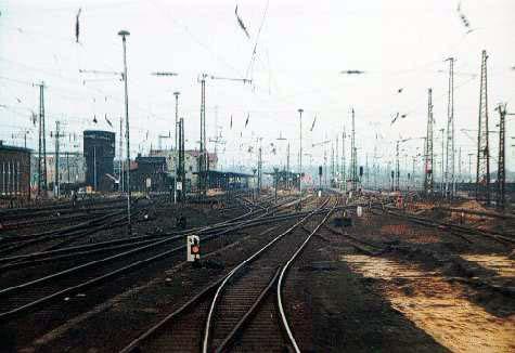 Mit dem Steuerwagen voraus fahren wir vom Abstellgleis an den Bahnsteig 5, des Bitterfelder Bahnhofes.