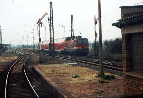 Nach den Zugkreuzungen der RegionalBahnen aus Richtung Halle/S. und Magdeburg, fährt der Zug mit dem Steuerwagen voraus, zurück nach Bitterfeld. Ausfahrt