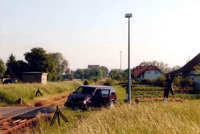 Am Bahnübergang blieb der Unfallverursacher mit seinem Pkw-Transporter liegen.