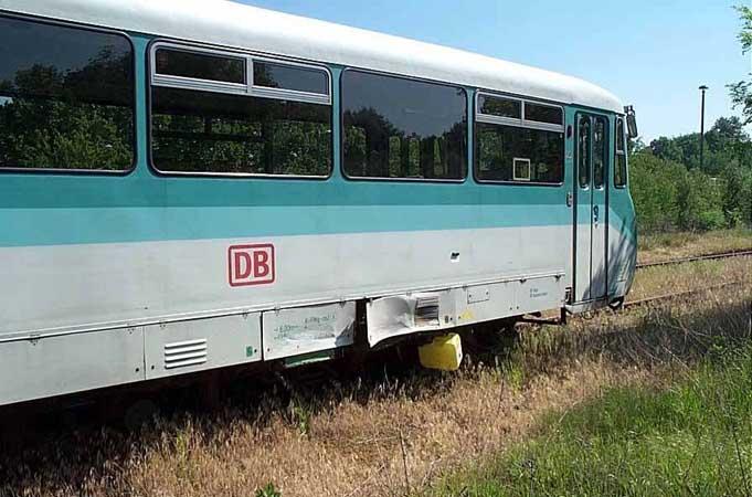 Der angefahrene Triebwagen 772 367 konnte sich noch bis zum Bahnhof Zörbig schleppen und wurde auf ein Abstellgleis rangiert.