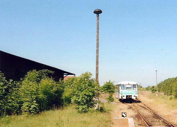Da der Triebwagen nicht mehr voll funktionstüchtig war, stellte man diesen auf ein Abstellgleis im Zörbiger Bahnhof ab.