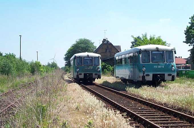 Planmäßig überholt die RB 37481 (772 345) den verunfallten Triebwagen (links).