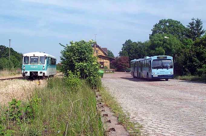 Da auch im Nachmittagsbereich die Bahn im Stundentakt fährt und kein weiterer Ersatztriebwagen organisiert werden konnte, fuhr ein Bus (rechts) im SEV.