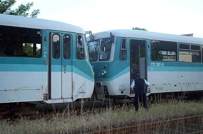 Nach der Ankunft der RB 37493 im Bahnhof Zörbig, rangierte der Lokführer den 772 345 direkt vor den 772 367.<br>Ein zweiter Lokführer gab die Anweisungen zum kuppeln.
