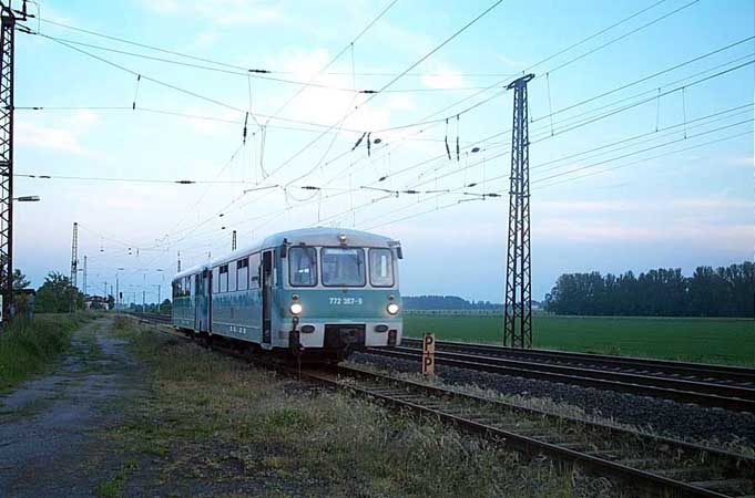 Direkt nach der Ankunft der RB 37493 aus Bitterfeld, wird der schiebende 772 345 den 772 367 nach Halle/S. ziehen.
