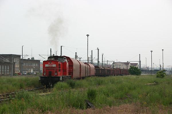 Für die weitere Beförderung drückt am 10.06.2004 die 298 099 ihre Güterwagen in den Bahnhof Bitterfeld.