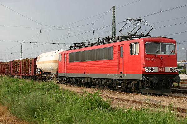 Zur Überführung der Güterwaggons nach Leipzig-Engelsdorf, setzt die Bahn ab Bitterfeld eine zusätzliche Lok ein. Am 11.06.2004 wird 155 036 diese Leistung übernehmen.