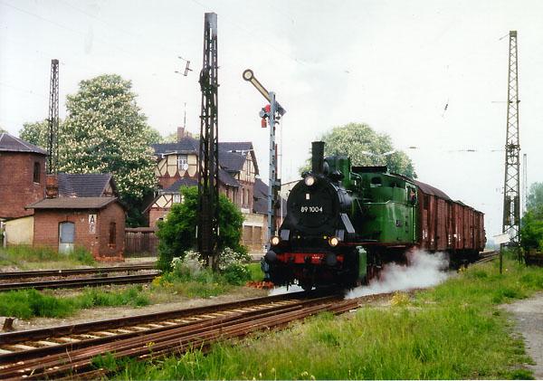 Vorbei am Flügelsignal hat der kurze Güterzug nach Bitterfeld nun freie Ausfahrt bekommen.