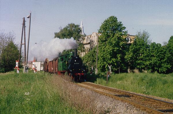 An der ehemaligen Hals-Nasen-Ohren Klinik in Zörbig, konnte der Zug aus Stumsdorf vor einem Bahnübergang in Szene gesetzt werden.