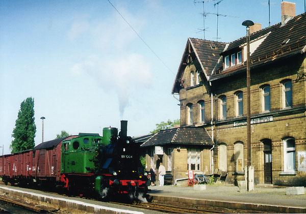 Eine Verschnaufpause gönnt sich die 89 1004 im Bahnhof Sandersdorf. Nach fünf Minuten Aufenthalt, ist es nun nicht mehr weit bis Bitterfeld.