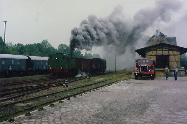 Eine stilechte Reichsbahnszenerie zwischen Schienen- und Straßenfahrzeug, vermittelte die Begegnung mit einem alten W60, des Fuhrunternehmens Langenberg aus Zörbig.