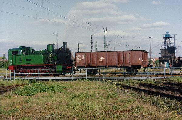 Im ehemaligen Bahnbetriebswerk Bitterfeld, präsentiert sich die 89 1004 mit einem Kohlewaggon auf der Drehscheibe.