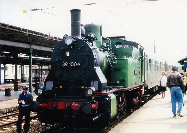Vor einem Nahverkehrszug in Richtung Stumsdorf, steht am Bahnsteig 5 die 89 1004. Etliche Reisende warten schon auf diese schöne Nebenbahnfahrt, mit