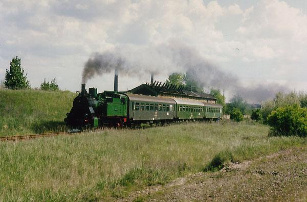 Mit Volldampf voraus! Mit Zischen und Fauchen rollt der Zug zwischen Grube Antonie und Sandersdorf am Betrachter vorüber.