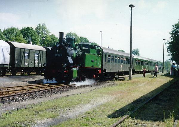 Langsam setzt sich der Zug, nach der Ankunft im Bahnhof Zörbig, wieder in Bewegung. In fünf Kilometern wird der Endbahnhof Stumsdorf erreicht.