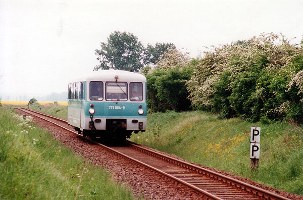 Erstmalig kamen die Triebwagen der BR 771 am 09.05.00 auf die Strecke, da die BR 628/928 ihre Hauptuntersuchungen erhielten.<br>Inmitten der blühenden Frühlingslandschaft zuckelt 771 004 in Richtung Bitterfeld.
