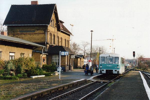 Reger Publikumsverkehr herrschte am 09.12.2000 im Sandersdorfer Bahnhof.<br>Als RB 37479 wird der 771 038 in wenigen Augenblicken den Weg in Richtung Stumsdorf finden.