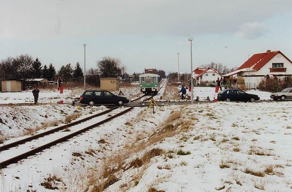 Als RB 37487 steht 771 024 regungslos vor einem Bahnübergang zwischen Zörbig und Stumsdorf. Der Kundenbetreuer übernahm am 27.03.2001 die Rolle einer Verkehrsampel und leitete den Straßenverkehr über den technisch gesicherten Bahnübergang.