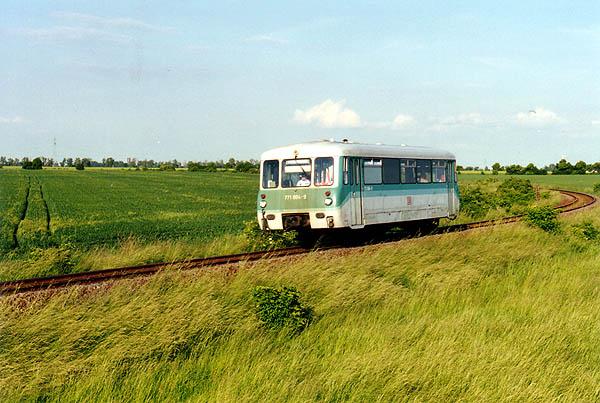 Mit 20 km/h durchfährt der Triebwagen 771 004 die 900m lange Langsamfahrstelle vor Stumsdorf.