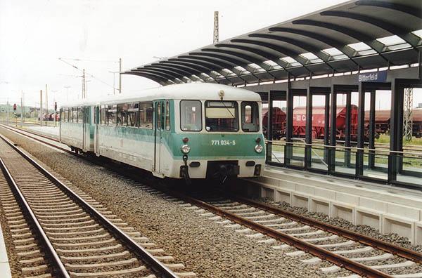 Wegen Kühlmittelverlust musste 771 034 den defekten 772 367 am 01.06.2001 nach Halle/S. abschleppen. Zuvor ging es aber planmäßig als RB 37489 über die