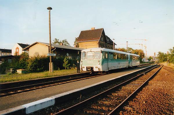 Da nur in den Hauptverkehrszeiten die Zugkreuzung in Sandersdorf erfolgt, kann sich nach dem Zughalt am 19.09.01 die RB 37491 in Form von 772 117 und Steuerwagen 972 717 auf die Reise machen. Dabei kommt das Triebfahrzeug und die Reisenden in den Genuss der warmen Abendsonne.