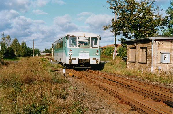 Zum 105. Streckengeburtstag, am 27.09.2002, fährt einen Tag vor der Streckenabbestellung der 772 345 in den Bahnhof Zörbig ein. Ein angebrachtes Schild machte auf dieses Ereignis aufmerksam.