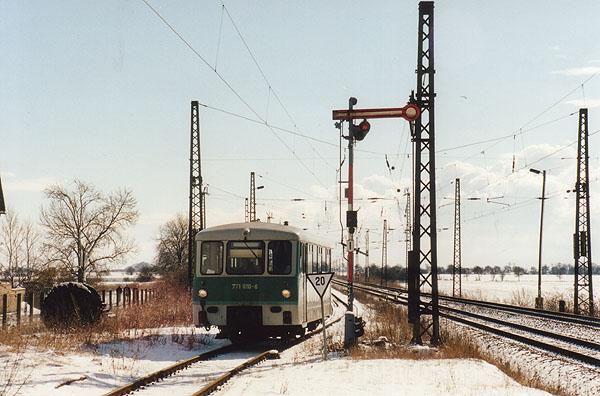 Genau ein Jahr vor dem Abbau des letzten Flügelsignales in Stumsdorf, fährt 771 010 am 23.02.2001 in den Bahnhof ein.