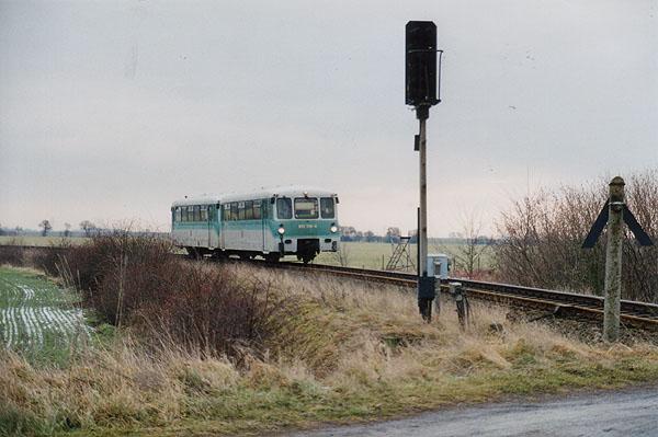 In den ersten Wochen des Jahres 2002, fuhren für mehrere Tage diese Triebwagengespanne.<br>Am 05.01.2002 erreicht 972 728 und 772 128 als RB 37483 das Einfahrsignal von Stumsdorf.