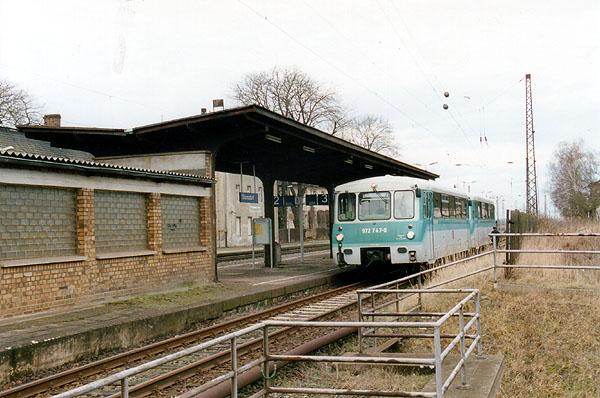 Nach dem Abwarten der Zugkreuzungen der Züge aus Richtung Magdeburg und Halle/S., fährt in wenigen Augenblicken<br>mit Steuerwagen voraus, das
