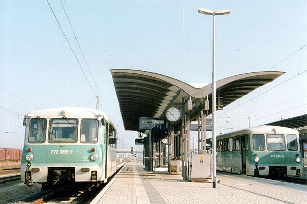 Triebwagenprobleme bereiten immer wieder für Ärger und Zugausfälle. Am 28.03.02 sprang der 772 368 (links) nicht an,<br>so dass ein Schienenersatzverkehr eingerichtet wurde. Rechts rollt der 771 034 als RB 37400 von seiner Fahrt aus<br>Stumsdorf in den Bahnhof Bitterfeld ein.