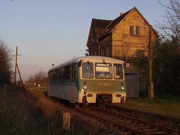 Nach einem sonnigen Apriltag, ist am Abend des 05.04.02 der Triebwagen 772 345 als RB 37489 unterwegs.<br>In Großzöberitz lichtete ihn der Eisenbahnfreund S. Tautz ab.