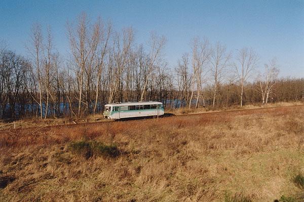 Das an der Bahnstrecke liegende Strandbad von Sandersdorf, kann man nur an Herbst- und Wintertagen mit der Bahn fotografieren. An den übrigen Monaten verhindert der dichte Baumbewuchs die Einsicht. Das