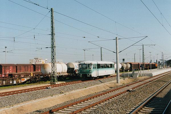 Für die nächsten Regionalbahn-Leistungen nach Stumsdorf steht am 10.05.2002 der 772 368 am Bahnsteig 6 des Bahnhof Bitterfeld bereit.