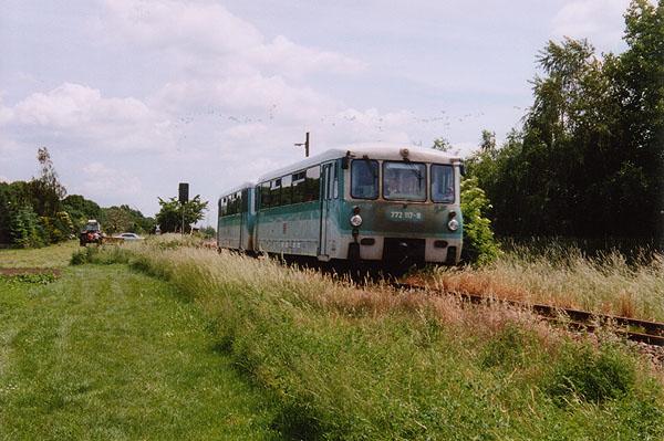 Nach der Beschleunigung von 772 117 und 972 717 aus dem Bahnhof Zörbig, brummt das Gespann den Bahnhof Stumsdorf entgegen.