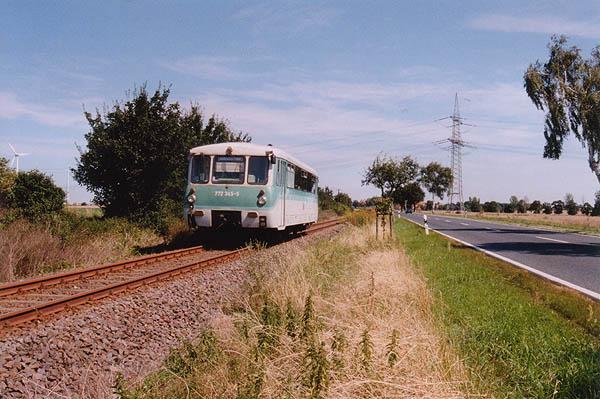 Bei bestem Sommerwetter ist 772 345 am 03.08.2002 bei Großzöberitz unterwegs.