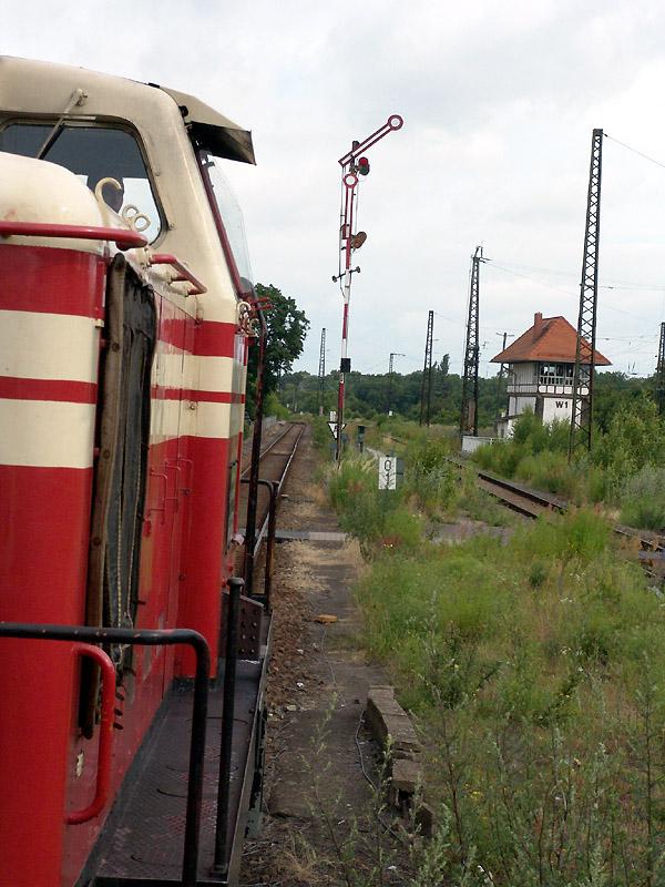 Anlässlich einer Sonderfahrt der Akener Eisenbahnfreunde zum Sachsen-Anhalt Tag 2004 in Aschersleben, kam die V60 162 mit zwei Beiwagen zum Einsatz. Ausfahrt Bahnhof Köthen nach Aken/E. am 04. Juli 2004.