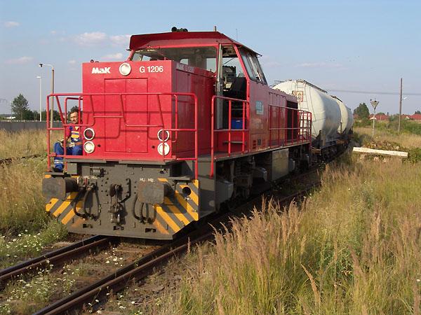 Vom Bitterfelder Bahnhof kommend, wird die G 1206 mit ihren Quarzsandwagen am Haken gleich den Firmen-Standort erreichen. Die Aufnahme entstand am 10.August 2004 im Chemiepark.