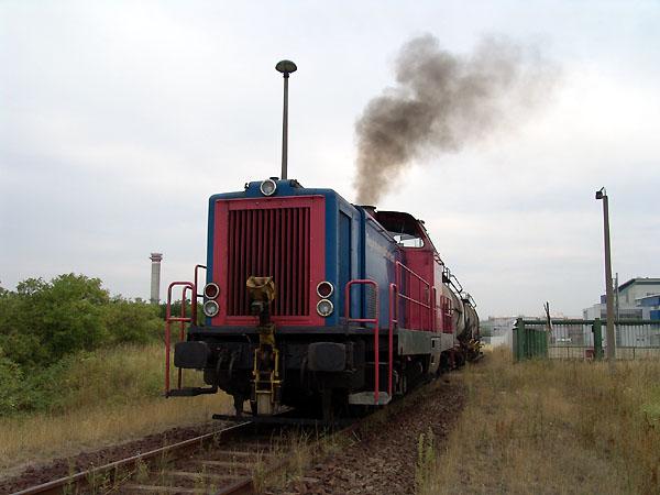 Im Rangier- und Bediendienst stand am 11. August 2004 die V 133. Hier bedient sie gerade ein ortsansässiges Unternehmen, das ihre Produkte auf die Schiene transportieren lässt.