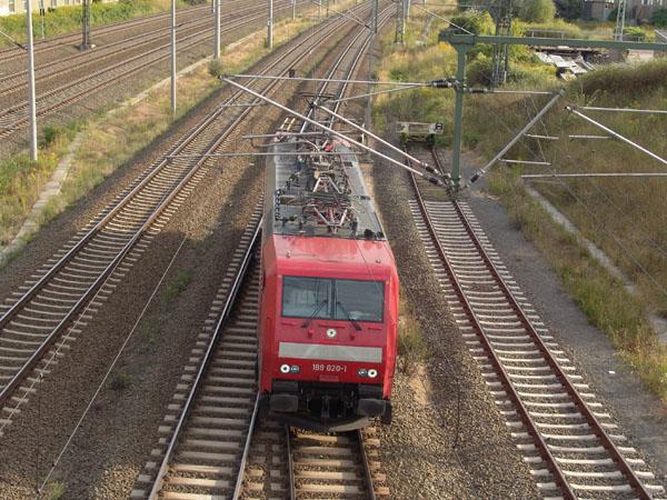 Als Leerzug aus Leipzig trifft die 189 020 am 13. August 2004 in Bitterfeld ein.
