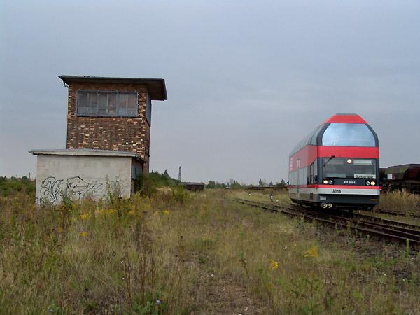 Nahe der Baggerstadt Ferropolis entstand die Aufnahme mit 670 002. Dieser befuhr am 11. September 2004 auch die Gleiskurven zur Baggerstadt, leider jedoch wurde die Einfahrt verwehrt und der Triebwagen fuhr von dort aus weiter in Richtung Jütenberg.