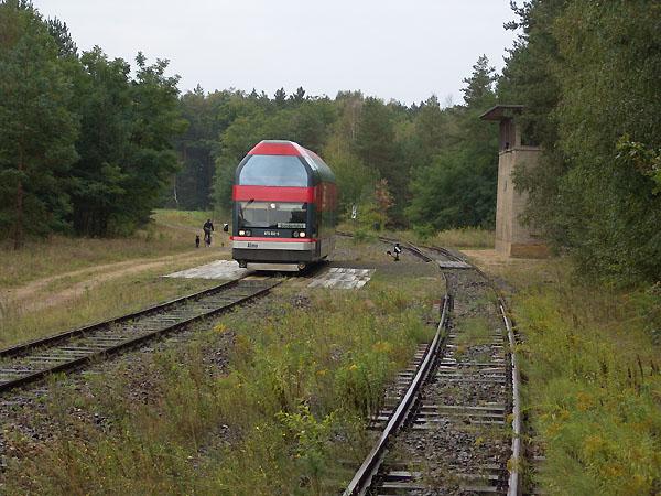 Umgeben von dichten Nadelwald, fährt der Sonderzug an der Ortschaft Jütenberg vorbei.