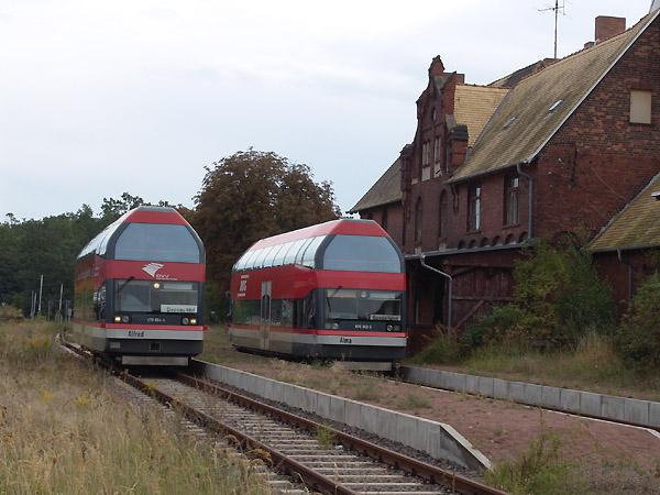 Im Bahnhof Oranienbaum kreuzen sich die Triebwagen 670 006 (links) als ABG-Zug 104 nach Dessau und 670 002 (rechts) als Sonderzug nach Wörlitz.