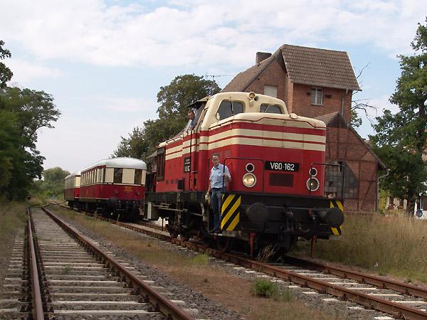 Die V 60 162 wird sich für die Rücktour von Wörlitz nach Bitterfeld über Dessau an die vordere Zugspitze setzen. Dabei steht in Wörlitz ein Umfahrungsgleis zur Verfügung.