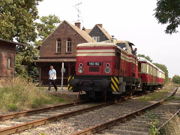 Im Wörlitzer Bahnhof steht am 11. September der abfahrbereite Sonderzug nach Bitterfeld. Der Zugverband wird gebildet von V60 162 mit Beiwagen 147 080 und Steuerwagen 145 027.
